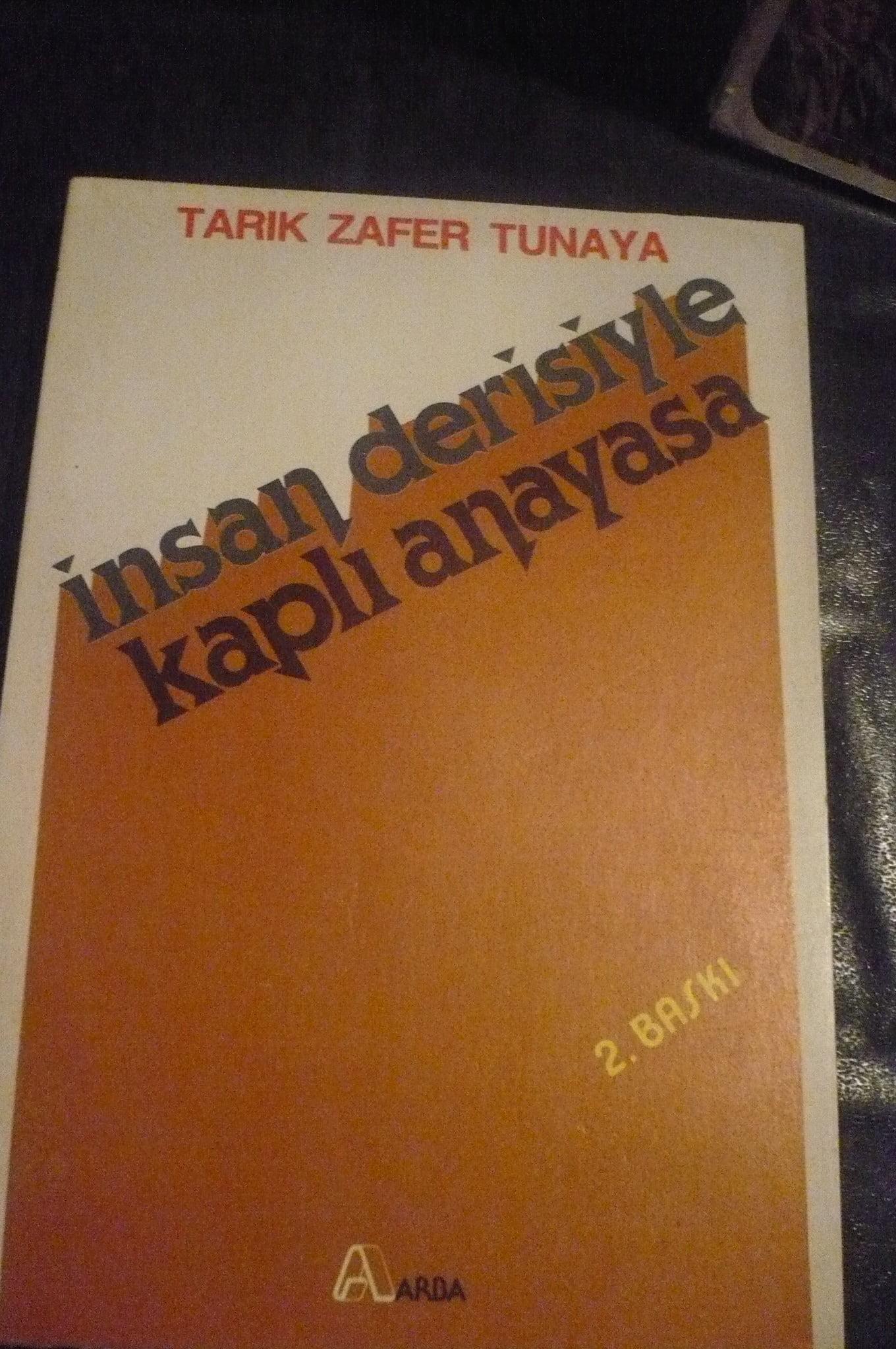 İNSAN DERİSİYLE KAPLI ANAYASA/Tarık Zafer Tunaya/15 TL