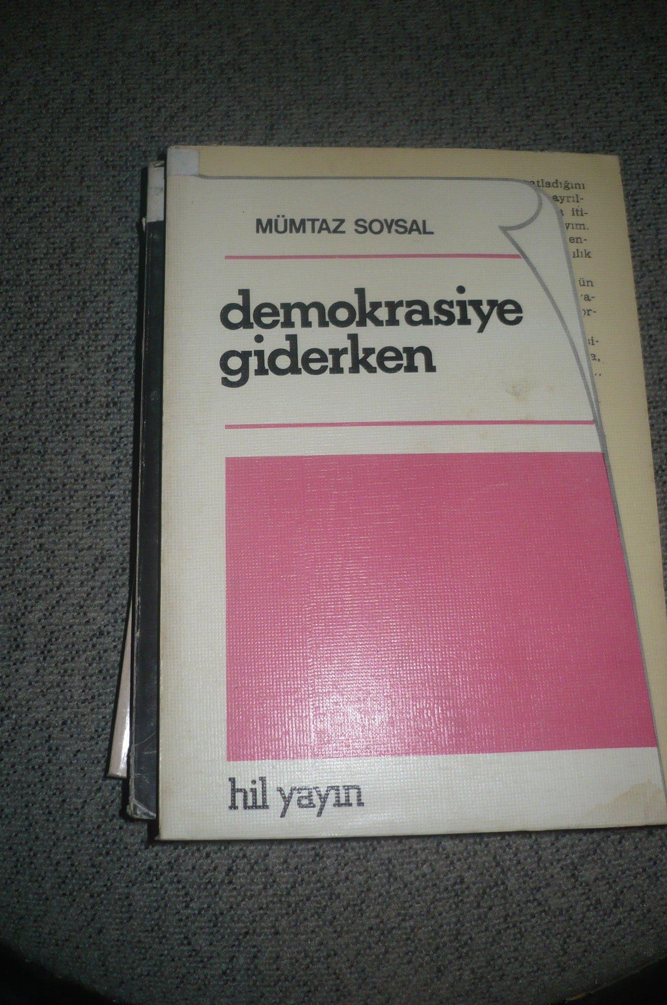 DEMOKRASİYE GİDERKEN/Mümtaz soysal/ 10 tl